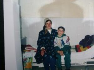 Emil alături de mama sa