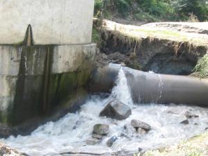 """Ce se scurge prin canalizare şi ar trebui să ajungă în staţia de epurare a ACET se """"epurează"""" direct în apele râului Suceava"""