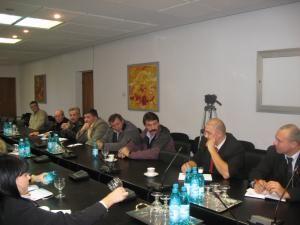 Reprezentanţii hipermarketurilor le-au sugerat producătorilor să vină cu o ofertă fermă la negocierile de contracte