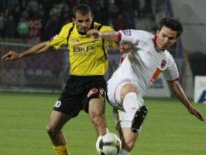 Adrian Cristea (D), de la Dinamo Bucuresti, se lupta pentru balon cu Artyom Karamyan (S), de la FC Timisoara. Foto: COSMIN DAN / MEDIAFAX FOTO