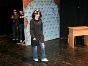 Alina Horeanu în piesa de teatru, în prim-plan