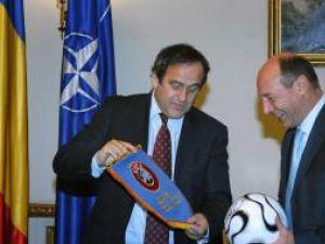 Băsescu şi Platini s-au gratulat reciproc. Foto: MEDIAFAX
