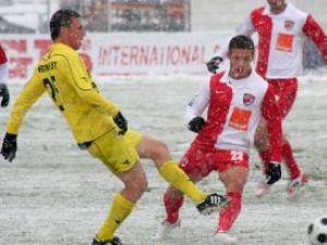 Senin (S), de la FC Braşov, se luptă pentru balon cu Torje (D), de la Dinamo Bucureşti. Foto: MEDIAFAX