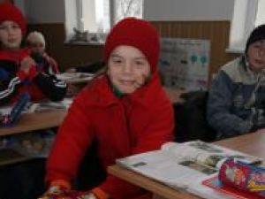 La şcoala din Ştirbăţ elevii şi cadrele didactice stau ore întregi într-un frig crunt