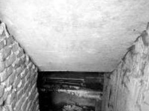Subsolul blocului în care a fost găsit bărbatul mort