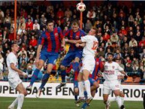 Kapetanos (centru), de la Steaua Bucureşti, se luptă pentru balon cu un adversar, în meciul cu FCM Targu Mureş. Foto: MEDIAFAX