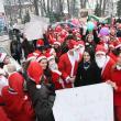 Autorităţile locale şi judeţene au fost colindate ieri de sute de Moşi Crăciun