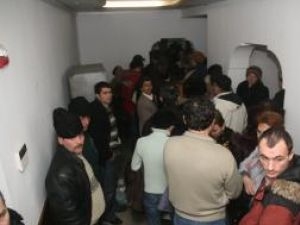 Peste 200 de oameni sau înghesuit ieri la ghişeele CAS Suceava