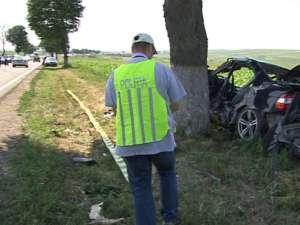 Impactul BMW-ului cu copacul de pe marginea drumului a fost deosebit de violent