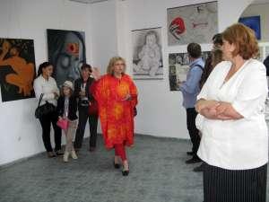 Artista plastică Bogdana Raşcu prezentând expoziţia
