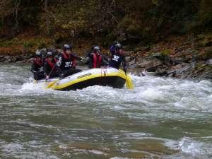 Apa mică şi frigul nu au împiedicat desfăşurarea primei ediţii din acest an a concursului de river rafting pe râul Bistriţa