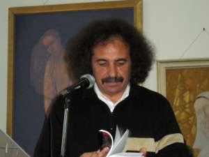 Vasile Tudor citind din poemele sale