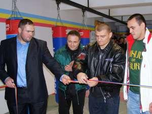Inaugurarea sălii MMA din Suceava a lui Ghiţă Ignat s-a bucurat de prezenţa luptătorilor K1 Cătălin Moroşanu şi Sebastian Ciobanu şi a antrenorului acestora, Mihai Constantin