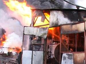 Pompierii au fost nevoiţi să ducă o luptă contracronometru pentru evitarea unei explozii care ar fi îngreunat şi mai mult misiunea de stingere a flăcărilor