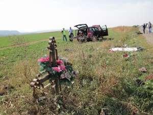 Bărbatul de pe motoscuter a murit la câţiva metri de crucea pusă după o altă tragedie petrecută în zonă