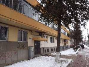Scara de bloc în care locuieşte chiriaşul primăriei e chiar la bulevardul principal, în centrul Sucevei