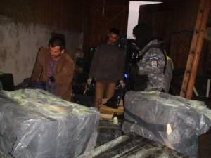 Ţigări de contrabandă în valoare de peste 140.000 de euro au fost găsite miercuri dimineaţă de poliţişti în şura unei gospodării din satul Laura, oraşul Vicovu de Sus