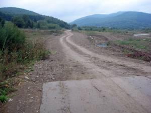 Porţiunea de drum care a fost ruptă de ape în 2010. Cei mai mulţi bani sunt necesari acum pentru lucrările de apărare a drumului
