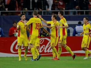 Jucătorii naţionalei României se bucură că au prins barajul care-i poate duce la Mondialele din Brazilia
