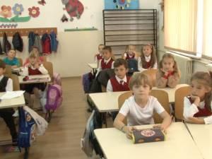 Elevii au fost întâmpinaţi în noul an şcolar fără nici un manual pe bancă