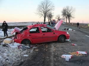 Autoturismul s-a răsturnat de mai multe ori pe carosabil, trei oameni fiind aruncaţi pe şosea