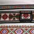 Brâiele din piele, cu modele tradiţionale, la mare căutare printre turiştii veniţi în Bucovina