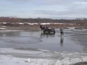 Râul Suceava, la Măneuţi, avea ieri încă multe porţiuni îngheţate