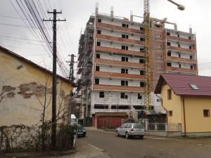 Blocul de pe strada Dimitrie Onciul, în apropiere de sediul Poliţiei Muncipiului Rădăuţi, trebuia să aibă nivelul de înălţime S+P+7 etaje