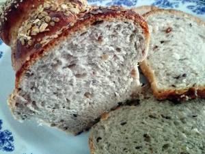 Pâine de casă cu 3 feluri de făină şi 5 feluri de seminţe