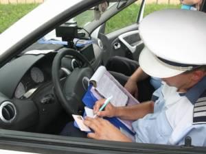 Şofer cu permisul suspendat, prins conducând cu viteză
