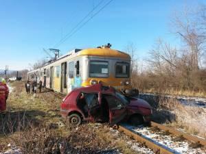 Patru persoane au fost rănite după ce o maşină a fost lovită de un tren