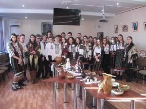 """Elevii Colegiului """"Alexandru cel Bun"""" au promovat tradiţiile româneşti"""