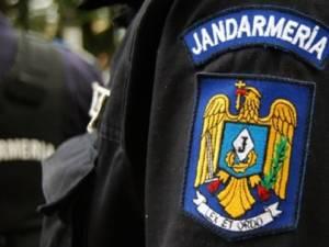Tânără forţată de un bărbat beat să îl însoţească, salvată de jandarmi