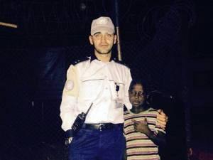 Alexandru Duțuc cu unul dintre copiii din tabără