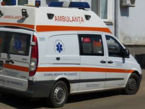 A ajuns în stare gravă la spital după ce s-a izbit cu maşina într-o autoutilitară