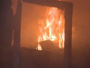 Un trăsnet a provocat un incendiu de proporții, miercuri seara, la Fălticeni