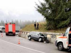 Accidentul de pe DN 17, la limita cu judeţul Bistriţa-Năsăud, unde un autoturism care a derapat a lovit un vehicul greu şi s-a oprit în parapetul de la marginea şoselei
