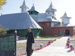 Lumânări, flori și multe lacrimi pentru preotul Petru Gavril si fetița sa de 6 ani