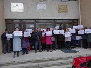 Angajaţii APIA continuă protestele la Suceava şi Bucureşti