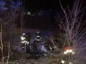 În urma pierderii controlului, maşina s-a răsturnat pe cupolă, la o diferență de 2 metri față de nivelul drumului