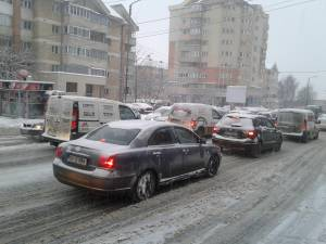 Trafic îngreunat de zăpadă, pe străzile și trotuarele din Suceava, luni dimineața