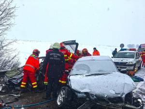 BMW-ul a lovit violent maşina de pe contrasens