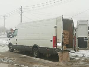S-a ales cu amendă şi cu autoutilitara confiscată pentru că transporta material lemnos fără documente de proveniență