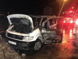 Un microbuz a ars violent pe Calea Unirii, joi seară