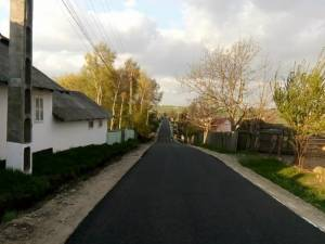 Două drumuri cu o lungime de aproximativ 1,2 km au fost modernizate cu lucrări derulate din fonduri proprii