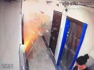Suflul exploziei, cauzat de o acumulare de gaze de la o butelie de voiaj, a distrus ușa garsonierei