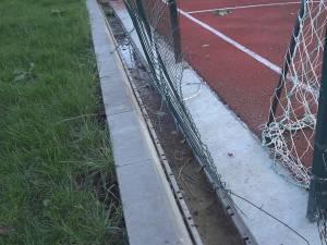 Gardul care împrejmuieşte terenul de minifotbal s-a rupt în spatele porţilor