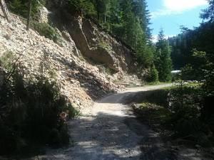 Alunecare masivă de teren și drum județean blocat