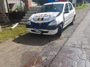 O mașină a Poliției a intrat într-un autoturism condus de o tânără care nu a acordat prioritate