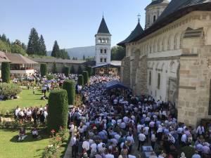 Mii de pelerini din întreaga ţară s-au rugat miercuri la Putna şi Cacica